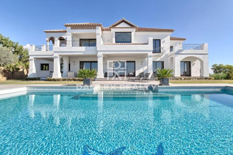 Magnífica villa con vistas al mar en una prestigiosa urbanizacion.
