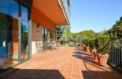 Apartamento en la ciudad de Gava Mar con una gran terraza