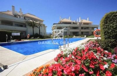 Apartamentos en primera línea de mar en Estepona, la playa de Guadalmansa.