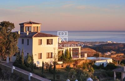 Villa con una vista panorámica del mar y las montañas en un lugar tranquilo