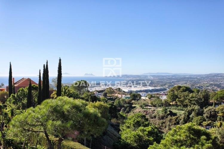 Villa en estilo clásico con vistas al mar, Estepona