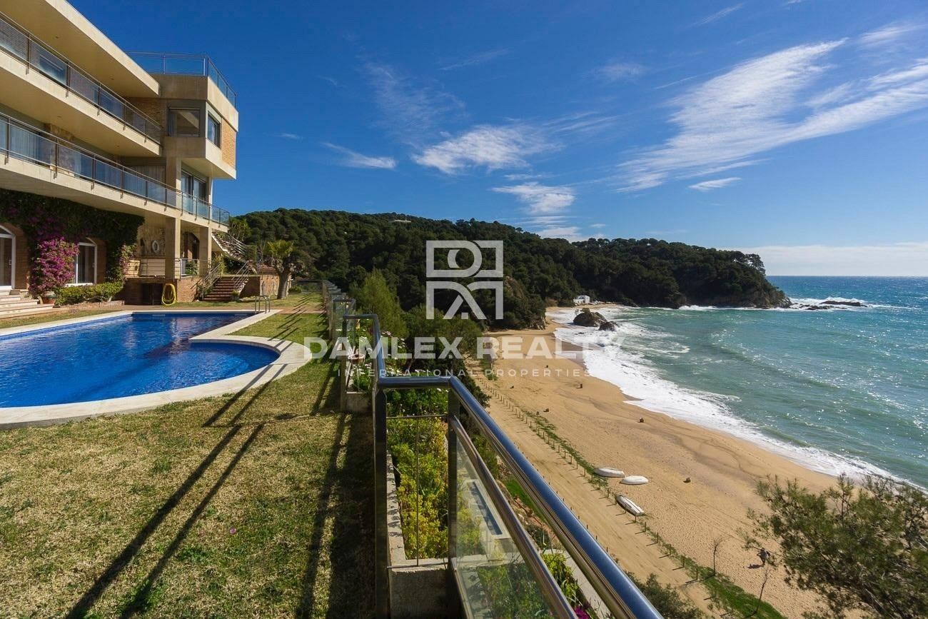Villa en la primera línea del mar con una vista frontal del mar