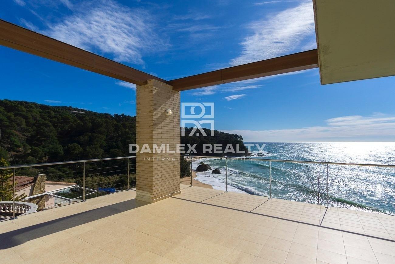 Villa con magníficas vistas al mar y acceso directo a la playa