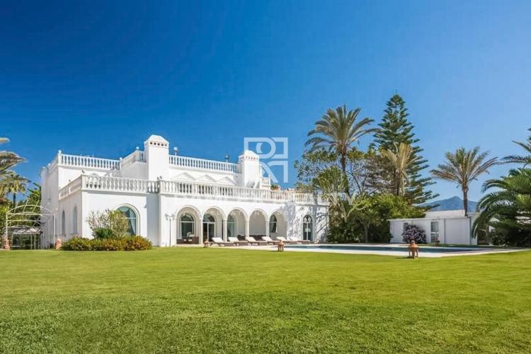 Impresionante villa con vistas al mar y acceso directo a la playa