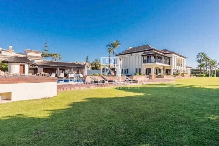 Villa exclusiva con su propio campo de golf en la primera línea del mar