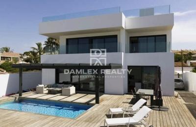 Primera linea del mar! Villa exclusiva con acceso a la playa