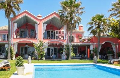 Villa de lujo en primera línea de mar en Marbella