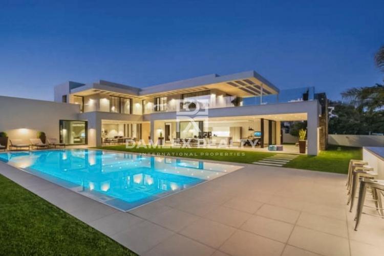 Villa moderna en Marbella cerca de la playa en el área de Porta Banus