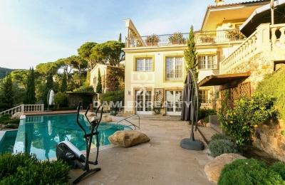 Villa de lujo en la segunda línea del mar en una urbanizacion con seguridad