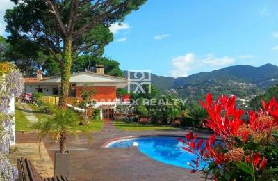 Villa con fantásticas vistas al mar y montaña. Costa maresme