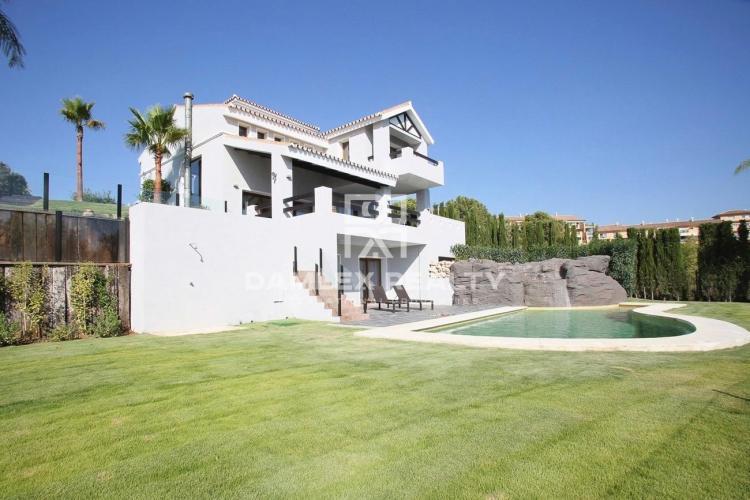 Villa en una urbanización con un campo de golf en Estepona