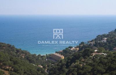 Parcela con vistas panorámicas al mar y la bahía de Cala Canyelles