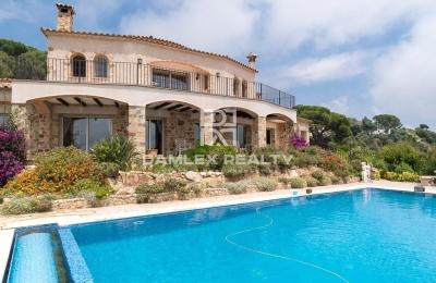Villa en piedra con vistas al mar