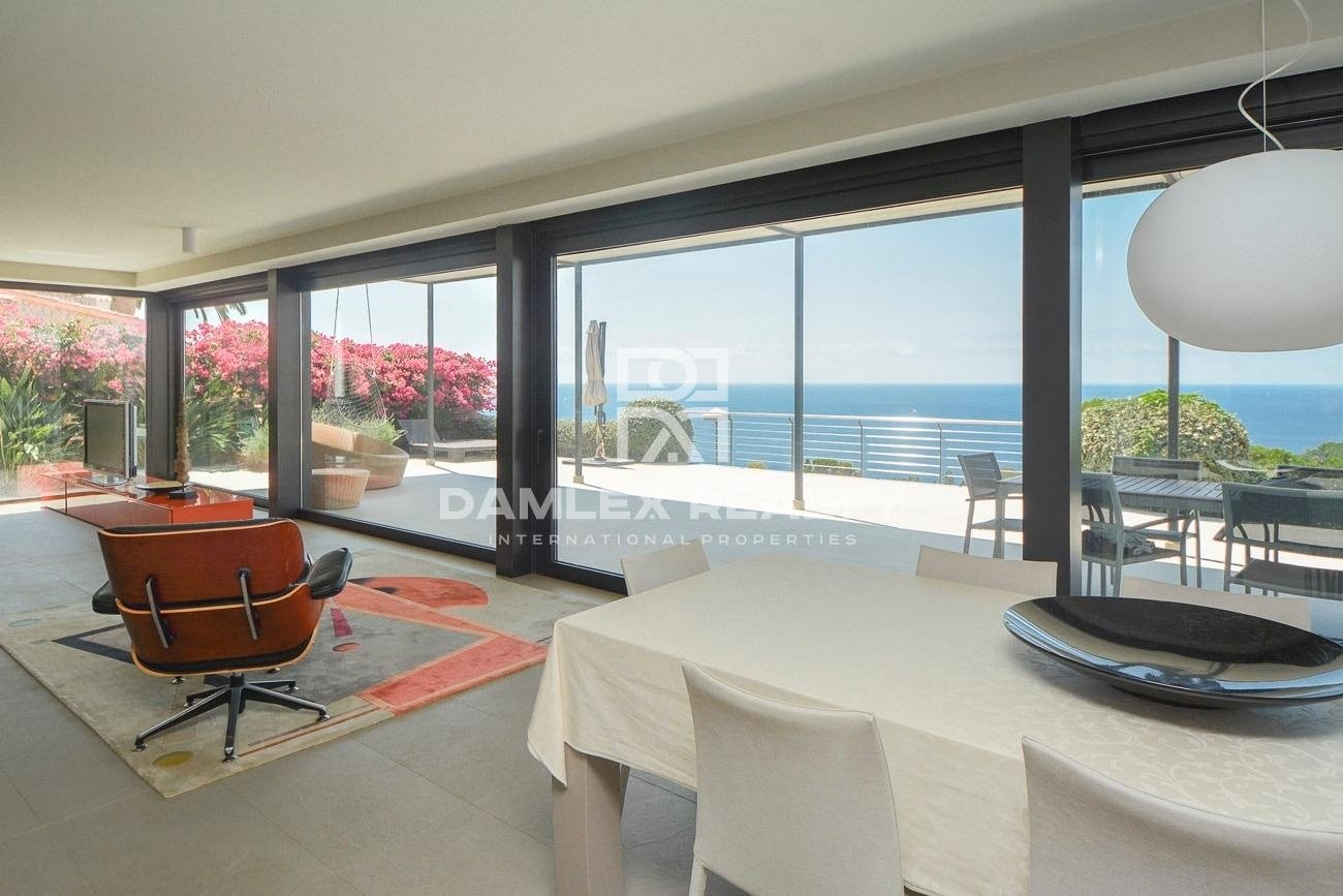 Lujosa y moderna villa en frente del mar