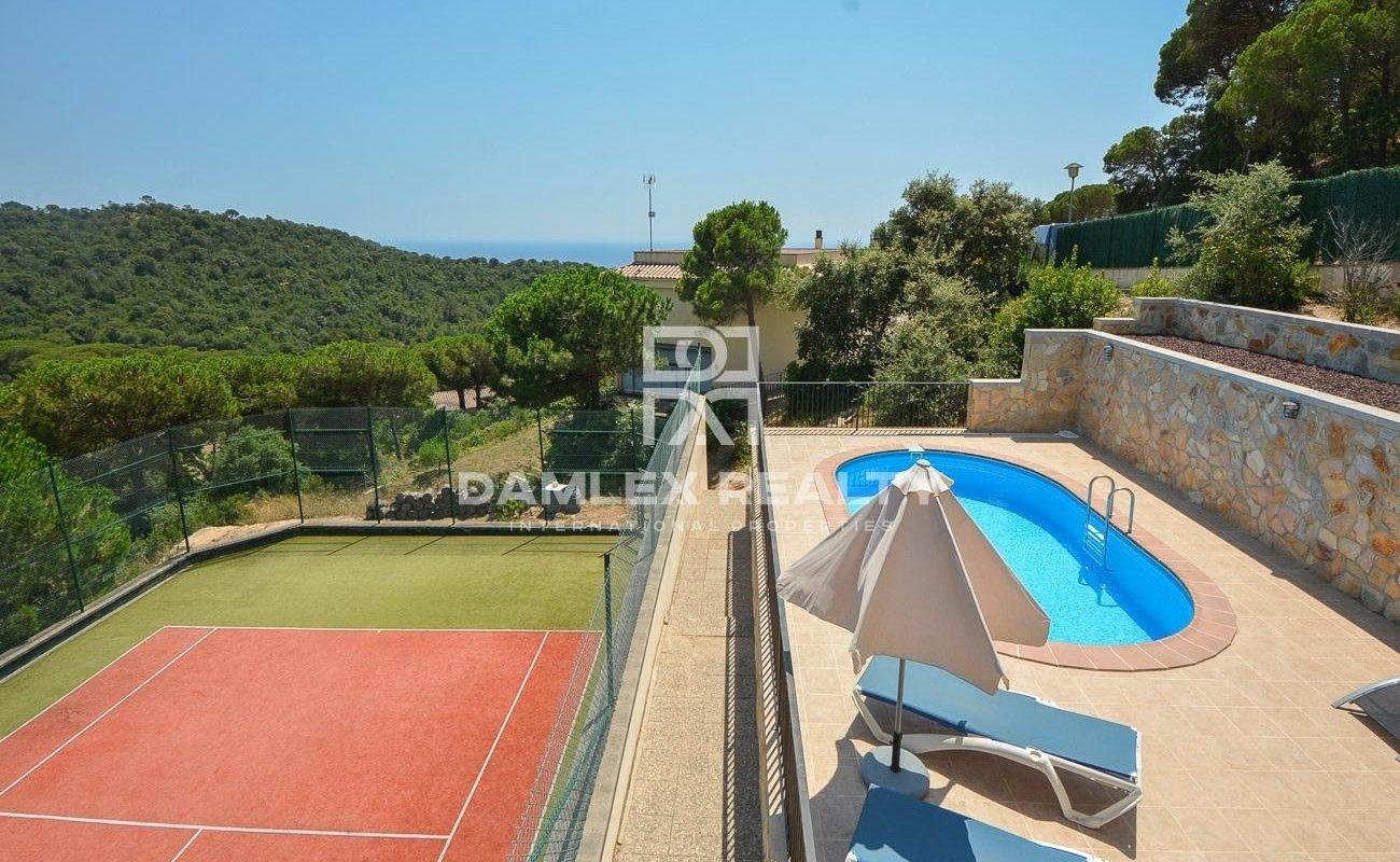 Casa con piscina y pista de tenis, con vista al mar
