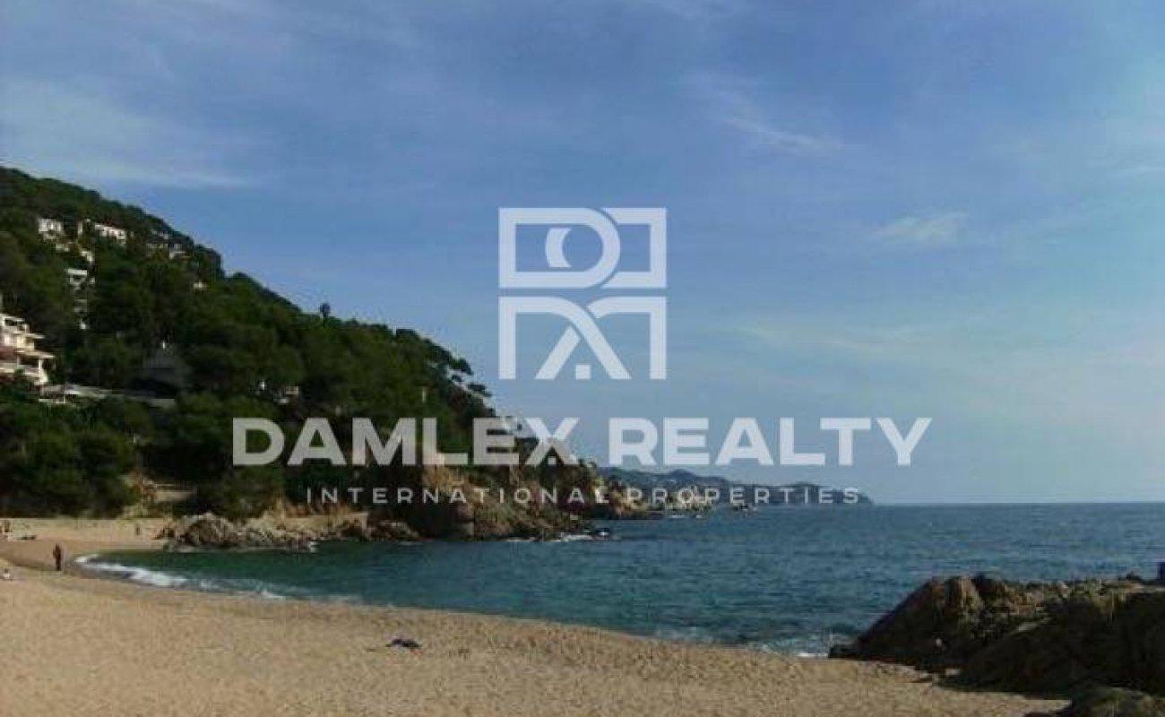 Parcela con vistas frontales al mar en urbanización vigilada. Costa Brava