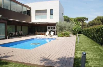 Villa moderna a poca distancia de la playa