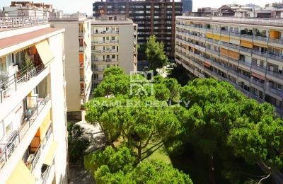 Apartamento en la planta alta con una gran terraza.