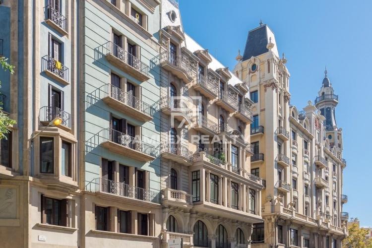 Atico con vistas a Barcelona y al mar , en un edificio historico completamente rehabilitado