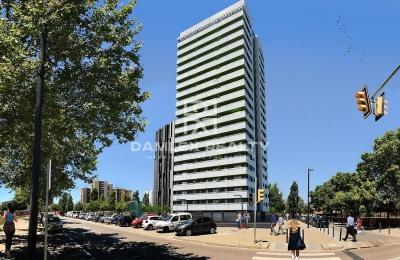 Edificio nuevo en una zona residencial de Barcelona.