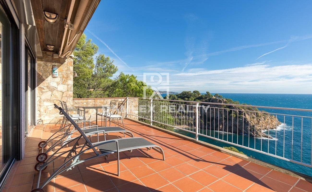Apartamentos en Tossa de Mar - Cala Giverola, con vistas panorámicas a la bahía.