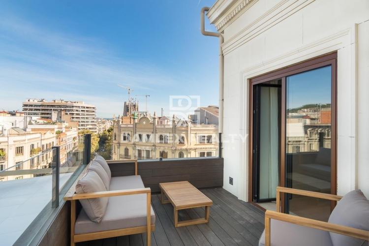 Precioso ático con reforma de diseño en el centro de Barcelona.