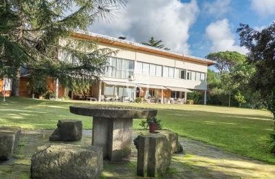 Villa con una gran parcela y vistas al mar a 35 km de Barcelona.