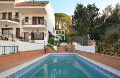 Casa adosada con amplias terrazas y vistas al pueblo de Tossa de Mar