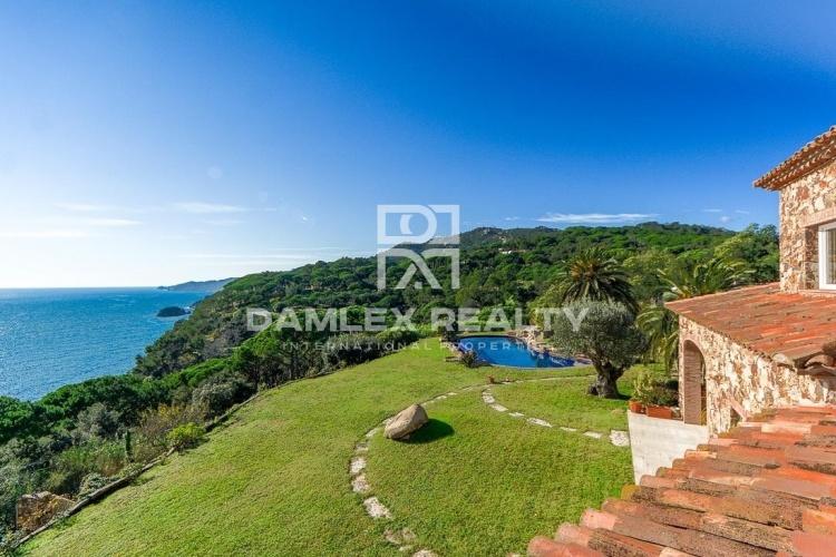 Un entorno excepcional para esta suntuosa villa con impresionantes vistas al mar.