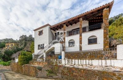 Vila con una hermosa vista a las montañas y al Mediterráneo