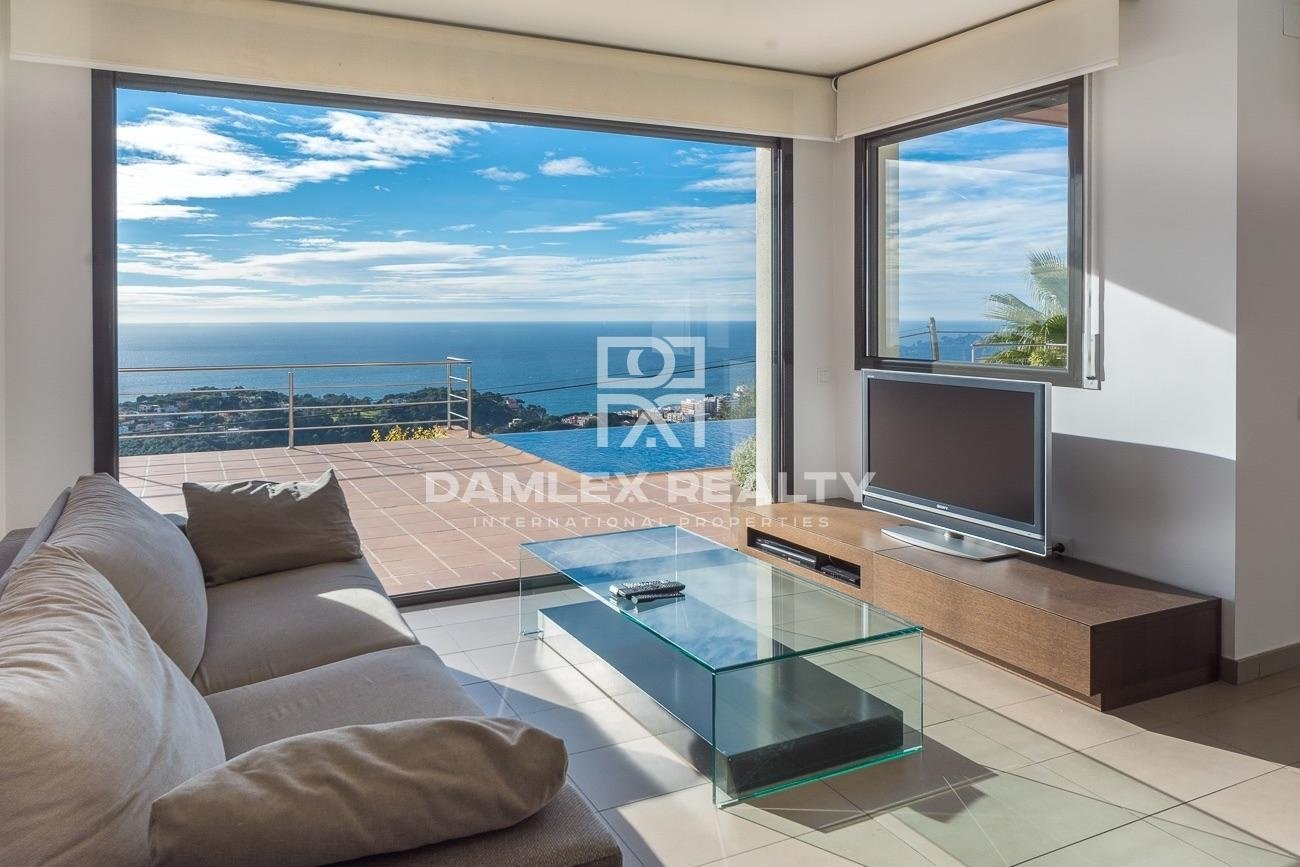 Lujosa villa contemporánea con vista panorámica al mar
