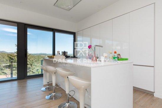 Villa con un estilo minimalista con una vista majestuosa sobre la bahía de Palamós.