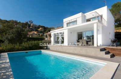 Villa con un diseño refinado con una hermosa vista, tranquilidad y licencia de turista