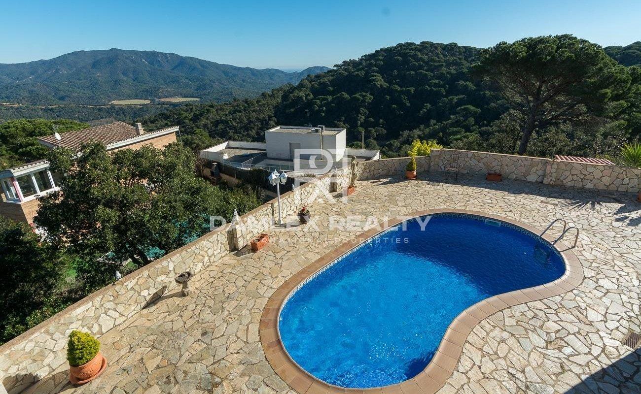 Casa de una planta con vista panorámica a las montañas y al mar