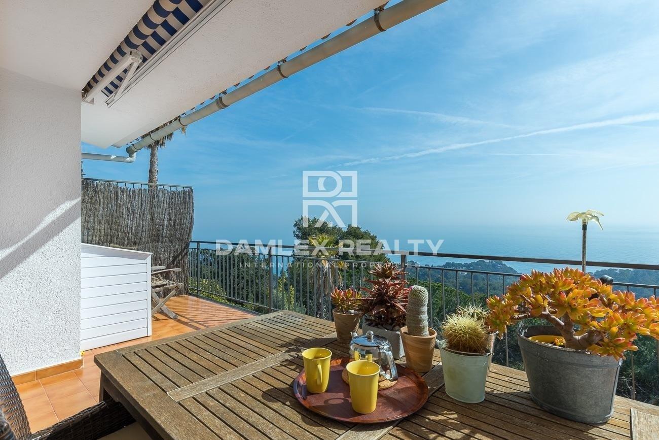 Villa con vistas panorámicas al mar rodeada de jardines botánicos