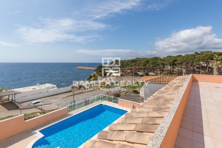 Villa en segunda línea con acceso a la playa.