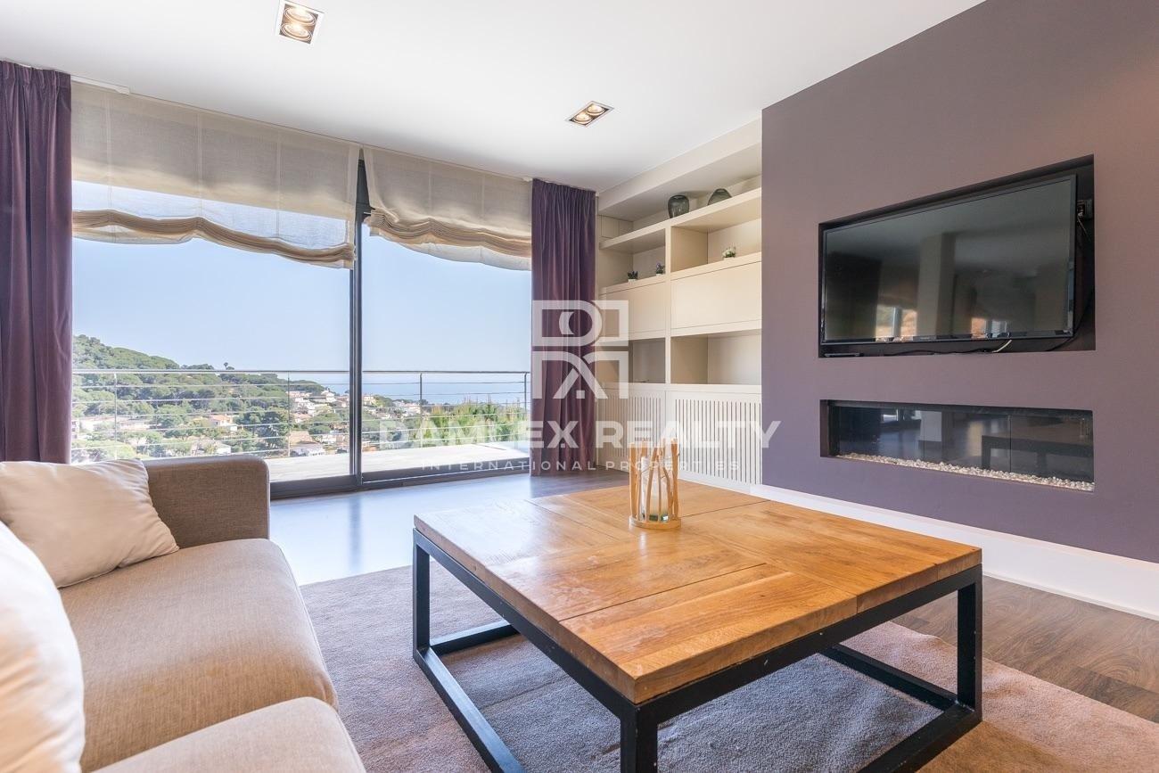 Villa moderna en Lloret de Mar con vistas panorámicas al mar.