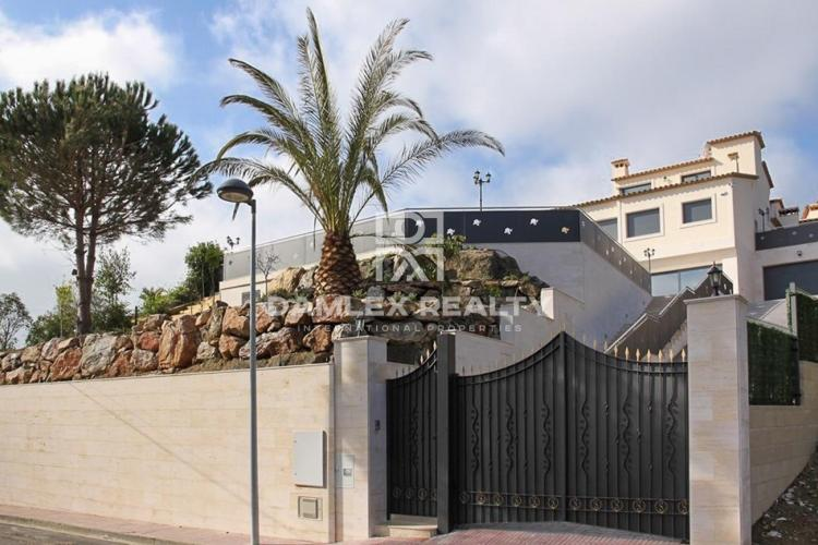 Amplia villa con vistas al mar.