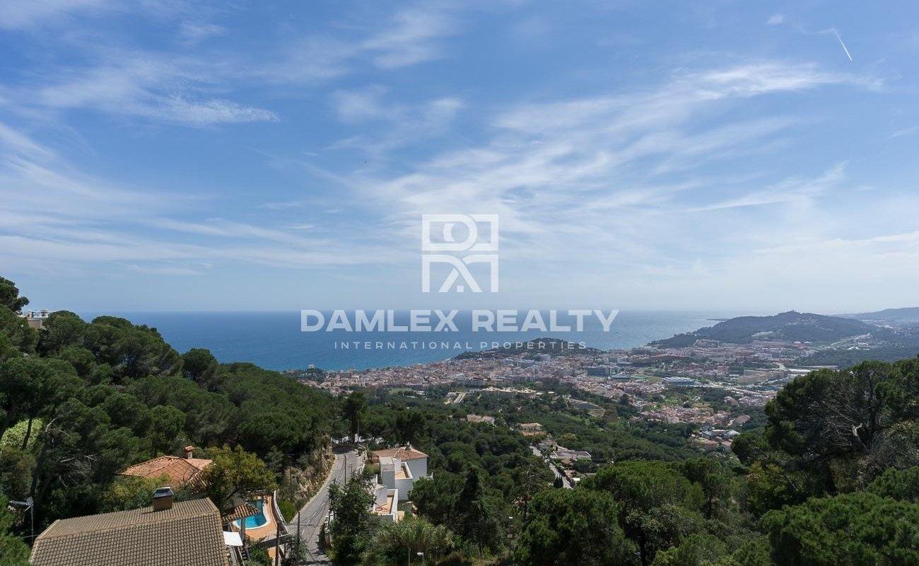 Casa con vistas panorámicas al mar y montaña.