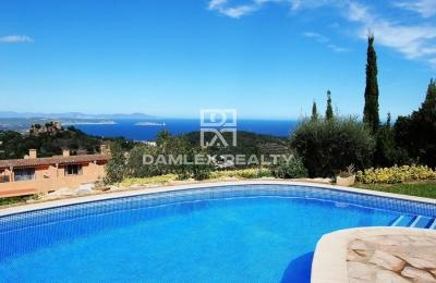 Villa con vistas al mar y montaña.