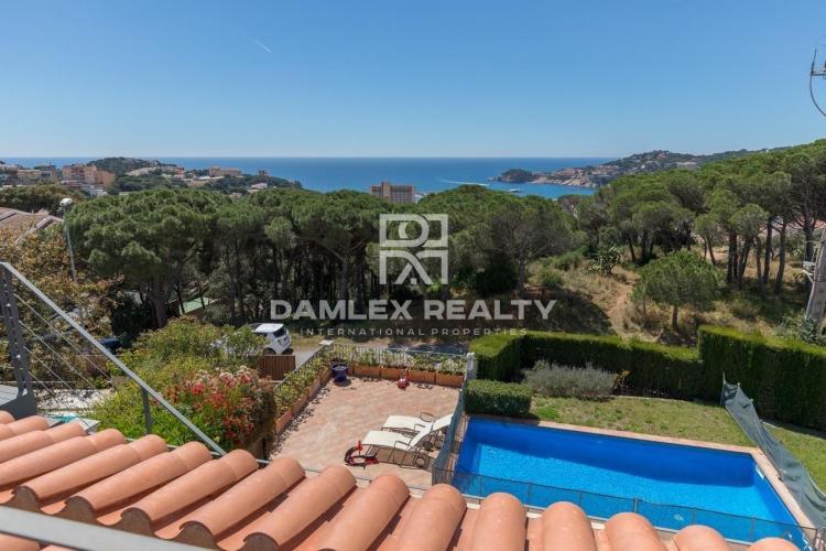 Villa con vistas al mar en una prestigiosa urbanización.