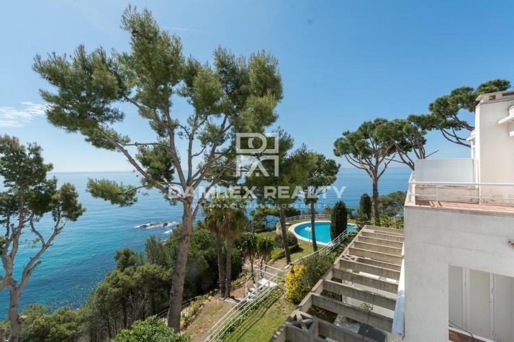 Villa adosada en primera línea de mar en un lugar paradisíaco y tranquilo.