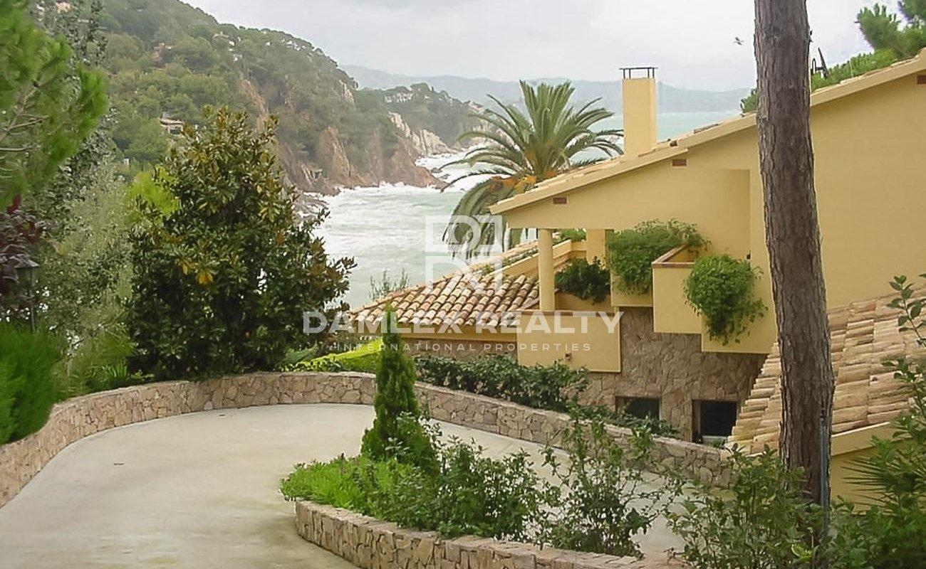 Villa en primera linea del mar en urbanización Cala San Francisco