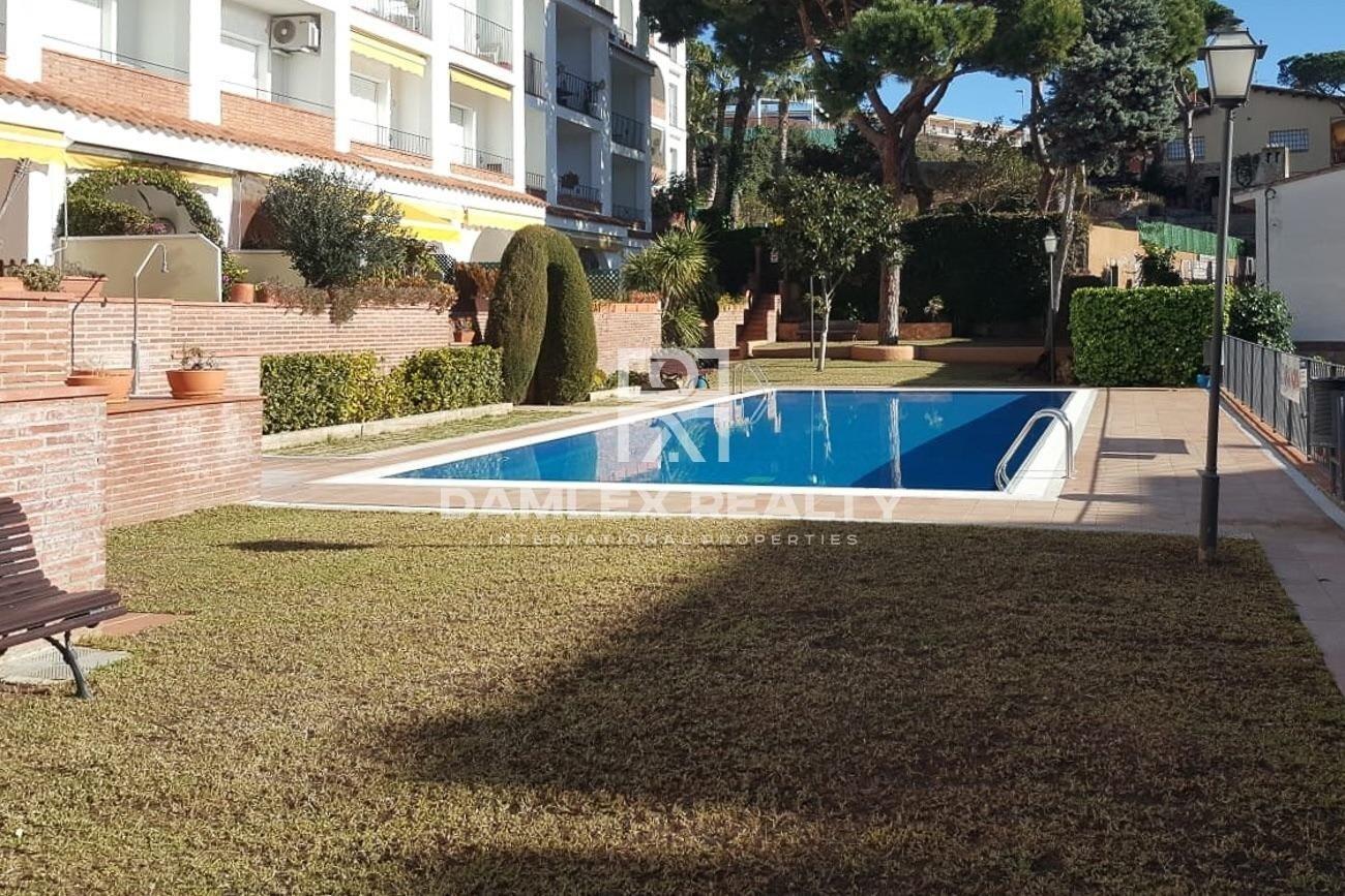 Apartamentos en un complejo residencial con piscina.