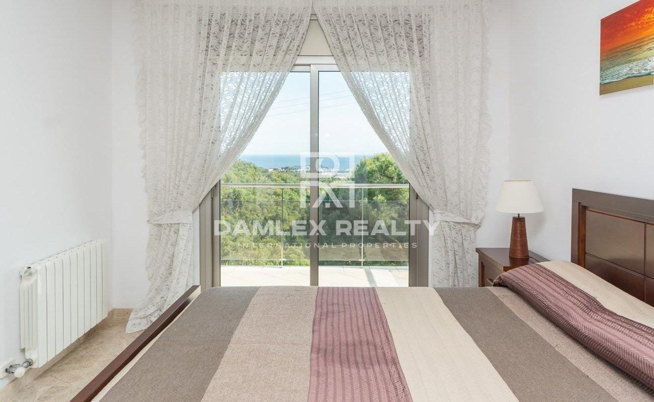 Preciosa casa moderna con vistas mar y montaña despejadas