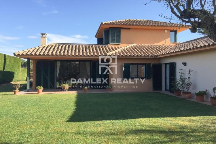Casa Situada en Urbanización privada con campo de golf