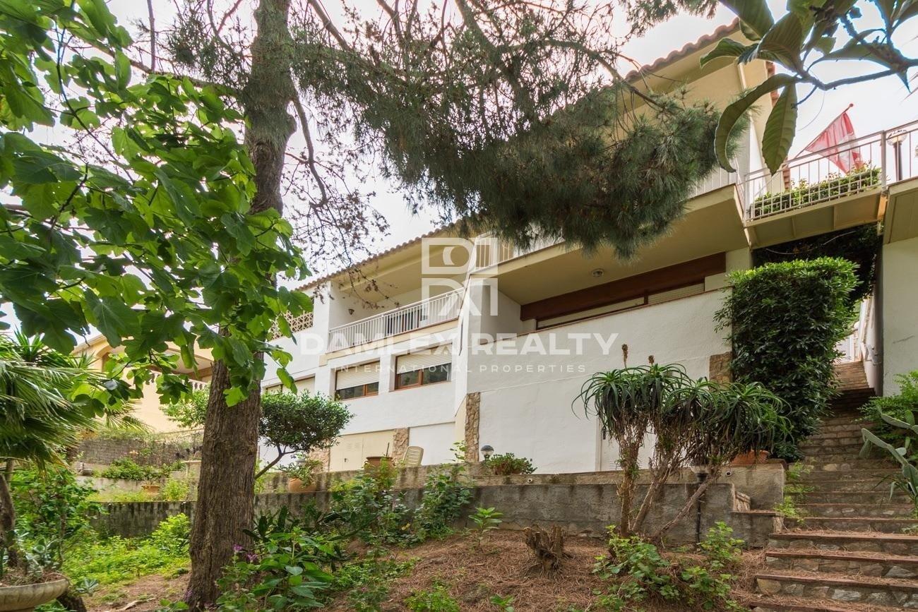 Villa para renovar en un entorno verde a 10min del centro de la ciudad