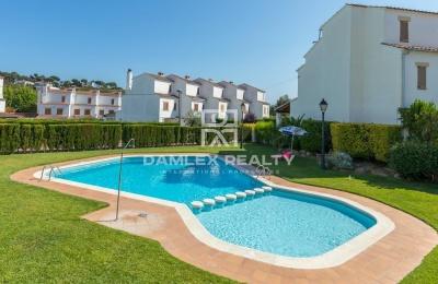 Adosado en un complejo residencial con piscina y cerca de la playa.