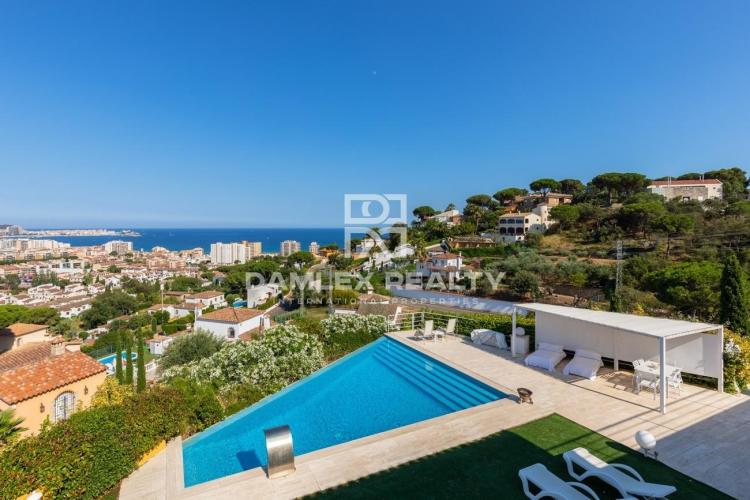 Villa con impresionantes vistas al mar y montañas a 1.5 km de la playa