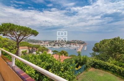 Adosado con vistas al mar y al puerto.